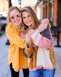 Cute Friend Poses, Bff Poses, Cute Couple Poses, Cute Friend Pictures, Cute Poses, Cute Friends, Friend Photos, Best Friend Hug, Sorority Poses