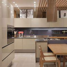 Completamente apaixonada pelas cores dessa cozinha ❤️✨ SNAP: Decoredecor Project: Patricia Franco e Claudia Pimenta.  ARCHITECTURE | INTERIORS | KITCHEN