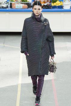 Kendall Jenner défilé Chanel automne-hiver 2014-2015 http://www.vogue.fr/mode/mannequins/diaporama/kendall-jenner-meilleurs-looks-de-dfil-fashion-week-chanel-givenchy-balmain/22675#kendall-jenner-le-dfil-chanel-automne-hiver-2014-2015