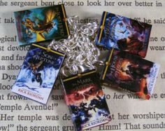 I WANT THIS SO BAD Percy Jackson and The Heroes of Olympus Miniature Classic Novels Book Charm Bracelet This is a cute little mini book charm bracelet of the Percy Percy Jackson Crafts, Percy Jackson Outfits, Percy Jackson Books, Percy Jackson Merchandise, Percabeth, Solangelo, Son Of Neptune, The Lost Hero, Blood Of Olympus