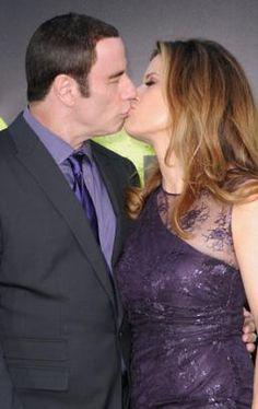 """Il bacio tra John Travolta e Kelly Preston alla premiere del film """"Savages"""".. qualcuno ha ancora dei dubbi che sia gay?"""