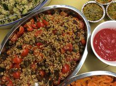 Insalata di farro con pomodorini, olive e capperi