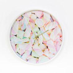 Eye candy deze spekjes klok van Dutch Sprinkles! Je stelt de klok zelf samen in de de webshop: kies uit 3 randkleuren en 5 wijzerkleuren. Perfect voor een meisjeskamer want de klok is geluidloos en tikt dus niet. Mooi voor kleine én grote meisjes die van pasteltinten én spekjes / marshmallows houden.