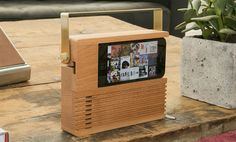 phone docks - Hipsters and music-junkies will have fun charging up their smartphones with this retro beech-wood radio phone dock. This phone dock has a stylish w. Retro Radios, Wood Projects, Woodworking Projects, Projects To Try, Handy Gadgets, Wood Crafts, Diy And Crafts, Wooden Speakers, Support Telephone