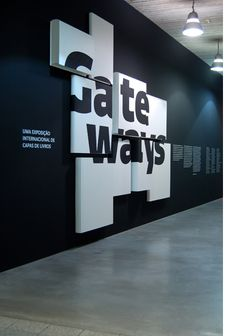 Volume + typographie - The last exhibition in the Idioms series involved over 400 cover designs by 56 designers from 14 countries. Design Stand, Display Design, Booth Design, Store Design, Wall Design, Design Design, Kiosk Design, Display Wall, Interior Design