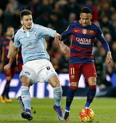 El delantero brasileño del FC Barcelona Neymar jr (d) intenta avanzar ante la oposición del serbio Nemanja Radoja (i), del Celta de Vigo.