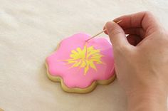 Glorious Treats » {Cookie Decorating} How to make pretty hibiscus cookies