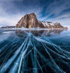 Situé dans le sud de la Sibérie, le lac Baïkal est célèbre pour sa beauté naturelle. Pendant l'hiver