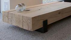Detailfoto van maatwerk salontafel. Deze is gemaakt van 4 geschaafde eiken balken ± 200x200mm op 2 matzwart stalen sleden met kopplaat. Het hout afgewerkt met Skylt.
