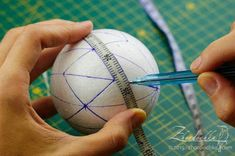 me ~ Tutorials Quilted Christmas Ornaments, Christmas Crafts To Make, Christmas Fabric, Christmas Balls, Christmas Decorations To Make, Handmade Christmas, Christmas Projects, Clear Ornaments, Fabric Ornaments