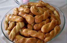 Τα κουλουράκια πορτοκαλιού είναι η συνταγή της γιαγιάς. Μία φορά το μήνα φτιάχνει τρεις δόσεις και μας τα μοιράζει σε ταπεράκια. Δεν υπάρχουν γευστικότερα και πιο μαλακά κουλουράκια!!!  Εμείς δεν τα πλάθουμε κουλουράκια, αλλά τους δίνουμε Greek Sweets, Greek Desserts, Greek Recipes, Vegan Recipes, Cookbook Recipes, Sweets Recipes, Easter Recipes, Cooking Recipes, Koulourakia Recipe