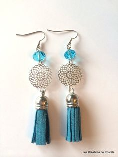 Boucles d'oreilles rosace, perles en verre toupie, et pompon en suédine bleu