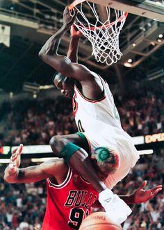 Shawn Kemp dunk over Dennis Rodman- 1996 I Love Basketball, Basketball Pictures, Basketball Legends, College Basketball, Sports Images, Sports Pictures, Sports Art, Nba Players, Basketball Players