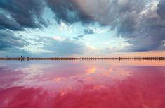Le photographe Sergey Anashkevych capture des images incroyables des marais salants. Le Lac Sivash est également connu comme le « Sea Rotten », grâce à la propagation rapide des algues, et qui fait apparaitre ses incroyables eaux aux couleurs rouges uniques. A découvrir dans l'article.