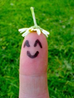 how can a finger not smile when it's wearing a daisy hat?!