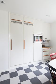 Banér kitchen by Kvänum. It's my ultimate dream kitchen. Fridge and freezer with full covered doors. 1950s House, Kitchen Stories, Teak Furniture, Retro Home, Kitchen Styling, Kitchen Interior, Kitchen Dining, Dining Room, Home Kitchens