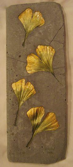 Betonbild mit Gingoblätter