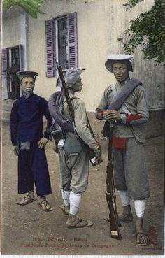 """Ces photos sont offertes par un grand collectionneur, Monsieur Jérôme HOFFART à Toulon (France)    Ce sont des soldats Viêt à la solde de l'armée française, on les appelle aussi les """"Tirailleurs"""". A ne pas confondre avec les soldats du roi (Lính thú).    En Vietnamien, le terme """"Lính Khố Ðỏ"""" désigne l'armée au niveau nationnal ou au niveau d'Indochine, tant dis que """"Lính Khố Xanh"""" est au niveau local. On les distingue grâce à la couleur du morceau de tissu qui descend de la ceinture."""