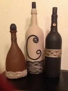 Wine bottles painted and embellished Altered Bottles, Recycled Bottles, Bottles And Jars, Glass Bottles, Wine Bottle Corks, Glass Bottle Crafts, Diy Bottle, Wine Craft, Bottle Painting
