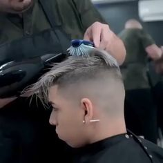 Fresh and clean work! Hair Cutting Videos, Hair Cutting Techniques, Hair Videos, Hairstyles Videos, Undercut Hairstyles Women, Cool Hairstyles For Men, Haircuts For Men, Popular Haircuts, Men Hair Color Highlights