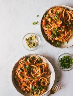 #pasta #spaghetti #puttanesca #PuttanescaSauce #italianfood Yummy Pasta Recipes, Veggie Recipes, Dinner Recipes, Fast Healthy Meals, Easy Healthy Recipes, Quick Meals, Pistachio Pesto, Fish Dinner