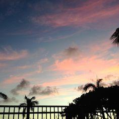 夕方6時の空。 青とピンクの空に細い細い三日月。 しばらくうっとりと見つめてしまいました。 最近のハワイは日が短くなって、6時半にはもうだいぶ暗くなります。 夕方暇を持て余してプールに入っていた子供達。 明るいとついつい長居してしまうプールも、暗くなるのが早い分、家に帰るのも少し早くなる、、、かな。笑 ハワイにも秋到来です。  ::MamaA::