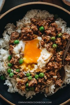 Cantonese Ground Beef Rice and Eggs - A super easy Cantonese minced beef bowl cooked with an oyster-sauce-based sauce, onion, green peas, and runny eggs. beef recipe Cantonese Ground Beef Rice and Eggs (窝蛋牛肉) Ground Beef Rice, Beef And Rice, Ground Beef Recipes, Ground Beef Tacos, Meat Recipes, Asian Recipes, Cooking Recipes, Healthy Recipes, Pasta Salad