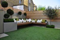 Estupenda terraza con césped artificial y bancos de madera #cespedartificial #allgrass.es