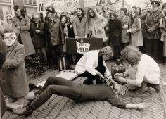 Nr 14: Recht van demonstratie. Op 30 november 1971 voeren studenten van de Rijks Pedagogische Academie in Middelburg actie bij de minister van Onderwijs, Chris van Veen (1922-2009) over de noodsituatie van gebouwen. #IAD15 #democracy Uit: Archief RPA Middelburg. Vindplaats in Zeeuws Archief: http://www.archieven.nl/nl/search-modonly?mivast=239&mizig=210&miadt=239&miaet=1&micode=23&minr=1359484&miview=inv2