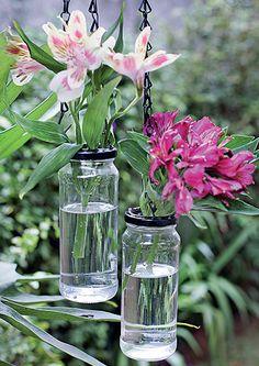 Com poucas intervenções, os potes de azeitona se transformaram em vasos pendentes