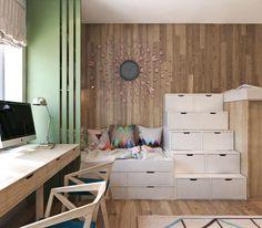 lambris mural en bois, mur vert, chaises aux lignes angulaires, pendule