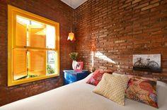 O tijolo aparente traz o clima aconchegante do campo para este quarto assinado por Arquitetando Ideias.  #decor #decoration #decoração #interiores #quarto