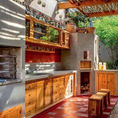 """""""Com piso de ladrilho hidráulico (Ornatos), a área da churrasqueira também conta com forno de pizza e está integrada à cozinha. Projeto de Sandra Sayeg…"""""""