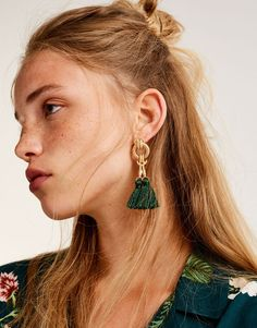 Pendants d'oreille baroques pompons - pull&bear Pull & Bear, Jewelry Art, Jewelry Accessories, Jewelry Necklaces, Jewelry Design, Bracelets, Jewlery, Tassel Earrings, Statement Earrings