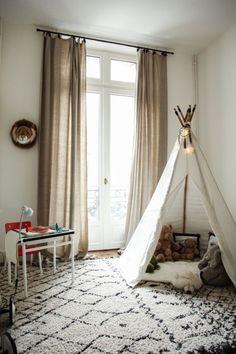 Chez Alexandra Diez de Rivera Chambre d'enfant. #interieur #decoration #kidsroom #tipi #white #rug #tapis #peluches #thesocialitefamily