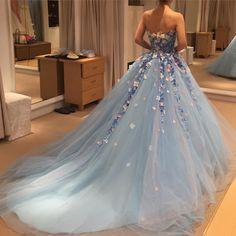 おはようございます❤️my colordressです☺️ 最後までアントニオのカタツムリドレス(勝手に命名笑)と悩みましたが、インパクトがある方がゲストが楽しい、鮮やかな色の方が似合うという結論に至り桂由美さんに決定☺️ もう悩みません! 素敵なドレスはたくさんあって、まだ見たい気持ちがありますが、やっぱり決めたどのドレスにも共通しているのが最初着た時に「あぁ〜❤️❤️」と思った気持ち!  あとはドレスたちに失礼がないように、あと2ヶ月体型を整えたいと思います 写真とはまったく関係ない内容なんですが。。 花嫁会の詳細をコメントいただいた方々にDM送らせていただきました☺️✨ 今のところ10名様くらいの予定です わいわいですね♫ よろしくお願いします❤️ #プレ花嫁#花嫁会#桂由美#カラードレス