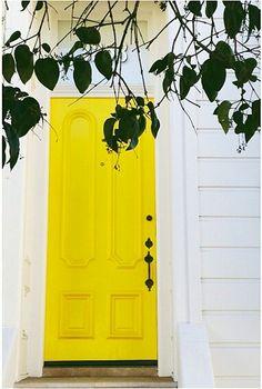 Linda porta de entrada amarela!