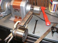 A home brew belt sander attachment for a bench grinder. Welding Tools, Welding Projects, Diy Tools, Diy Projects, Woodworking Workshop, Woodworking Tips, Workshop Bench, Bench Grinder, Diy Belts