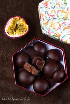 Chocolates with ganache passion fruit Chocolate Bonbon, Chocolate Truffles, Chocolate Brownies, Homemade Chocolate, Brownie Recipes, Dessert Recipes, Blackberry Syrup, Clean Eating Snacks, Sweet Recipes