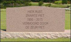 Grafsteen met opschrift: Hier rust Zwarte Piet 1850 - 2013, vermoord door Zeur Piet.
