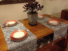 Produto artesanal, feito com exclusividade para você. <br>Caminho de mesa em estampa floral, fabricado em tecido de poliester, com detalhes em conta resinada e tassel. <br>Uma sofisticada e elegante forma de receber seus amigos para o almoço ou jantar. <br>O preço refere-se ao kit de três peças. Não pode ser vendido separadamente. <br>Postagem em até 2 dias úteis após a confirmação do pagamento. <br>Medida: <br>1,60 x 0,42 cm <br>Você pode encomendar de acordo com o tamanho de sua mesa, é só…