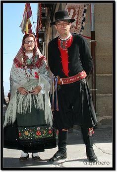 Pareja con trajes de Val de San Lorenzo, León.