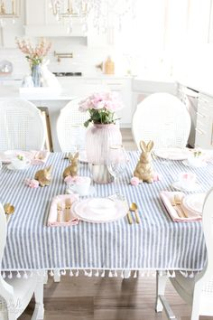 Amazing Bright And Colorful Easter Table Decoration Ideas 39 decorations table 50 Amazing Bright And Colorful Easter Table Decoration Ideas - HOMYHOMEE Easter Table Settings, Easter Table Decorations, Room Decorations, Easter Centerpiece, Diy Easter Decorations, Diy Spring, Spring Home Decor, Deco Rose, Easter Colors