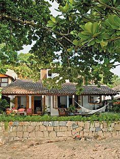 Uma antiga moradia caiçara no litoral paulista se transformou nesta confortável casa de veraneio.