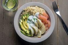 Faites le plein de couleurs et de vitamines avec ce quinoa bowl garni d'avocat crémeux et de pamplemousse acidulé : un bel équilibre !