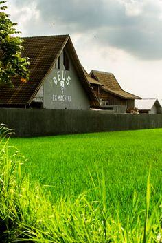deus ex machina Temple - Google Search Canggu Bali, Bali Holidays, Deus Ex Machina, Surf Outfit, Ubud, Postmodernism, Interior Architecture, Surfing, Exterior