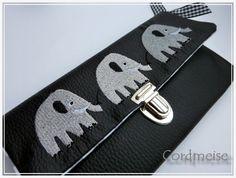 Cordmeise: Geldbörse aus schwarzem Kunstleder mit Elefantenstickerei