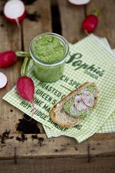 Radieschengrün-Pesto | Radieschengrün von 1 Bund Radieschen, 50 g gesalzene Cashewnüsse, ca. 60 g Parmesan, 2 kleine Knoblauchzehen, viel Olivenöl, Salz, Pfeffer, Schale 1/2 Bio-Zitrone