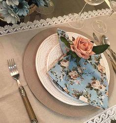 Guardanapo para mesa posta em 100% algodão azul claro com flores em tons de bege Napkins, Tableware, Napkin, Light Blue, Flowers, Dinnerware, Towels, Dinner Napkins, Dishes