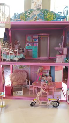 Barbie 80s, Sindy Doll, Barbie Doll House, Sofa Daybed, Mini Houses, Dollhouse Ideas, House Wall, Miniture Things, Doll Furniture